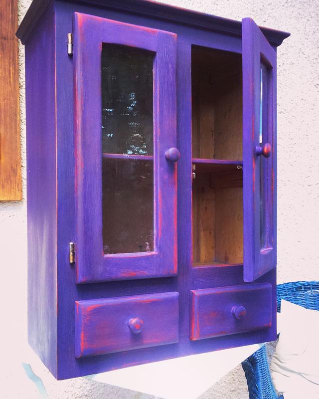 Meuble de cuisine violet patine rouge, protection à l'huile dure
