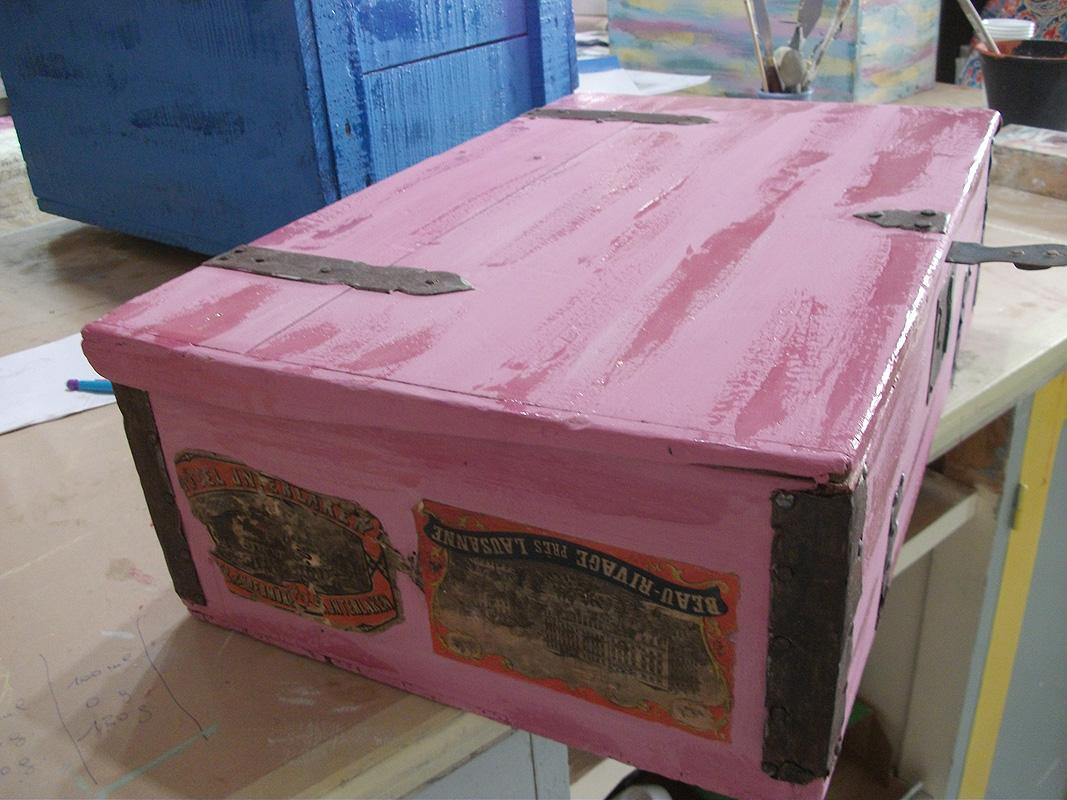 Première couche de peinture caséine rose indien et touches de gomme arabique pour effet craquelé