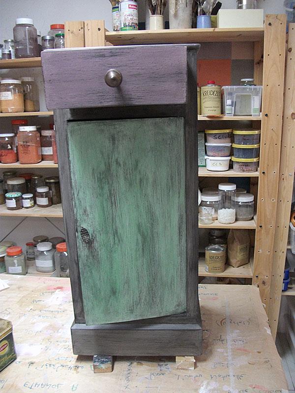 Meuble de chevet vert, violet et gris, patiné, ciré, lustré